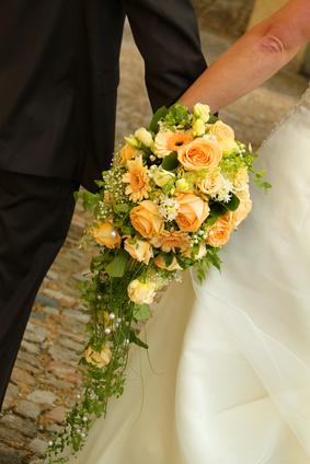 Abfliessender Brautstrauss Mit Rosen Und Gerbera